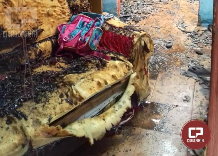 Residência é destruída pelo fogo em Nova Cantu neste domingo, 30