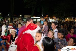 Com multidão, Papai Noel chega à Moreira Sales e entrega presente às crianças